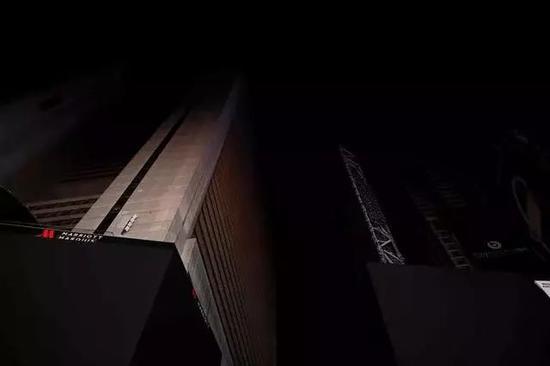 一片暗中的时期广场显示屏(图片起源:法新社报导截图)
