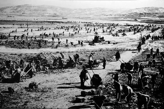 20世纪六七十年代,右玉县群众在荒山荒坡植树(翻拍照片)。新华社发