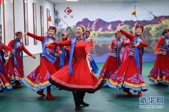 7月16日,在赤峰市松山区兴安街道临潢家园社区的排练大厅,乌兰牧骑队员在排练节目。新华社记者 刘磊 摄