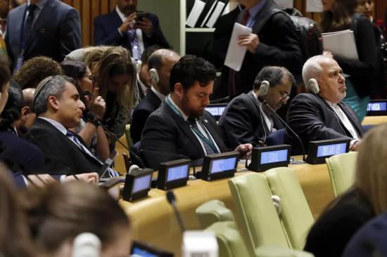 ▲7月17日,伊朗外长扎里夫(右一)在纽约联合国总部出席会议。(新华社/美联社)