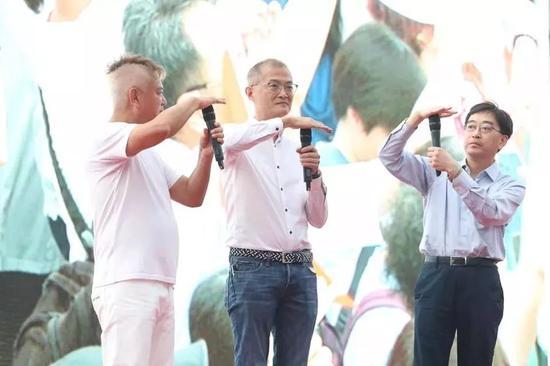 """食物及卫生局前局长高永文(右)及港大深圳医院院长卢宠茂(中)一起做出""""停一停,谂一谂""""的手势。"""