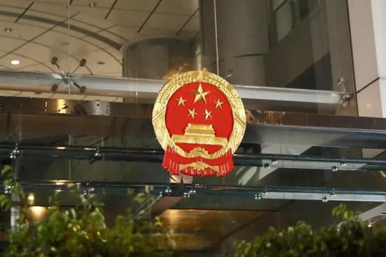 香港中联办完成更换受污损的国徽。 图源:大公文汇全媒体