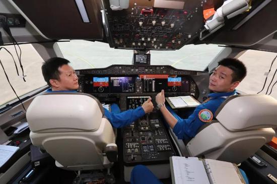 执行本次转场任务的部分机组成员(中国商飞官网)