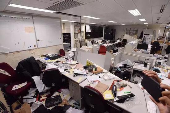被破坏后的立法会大楼内部(星岛日报)