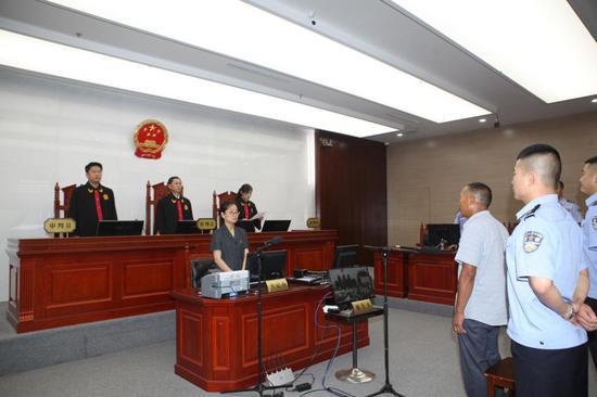 (合议庭宣读特赦裁定 供图:山东省委政法委)