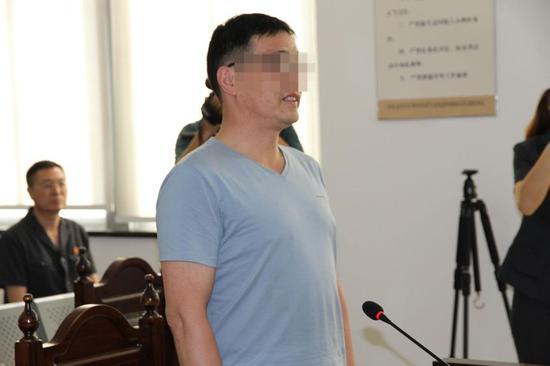 (陆某洲在法庭上 供图:江苏省委政法委)