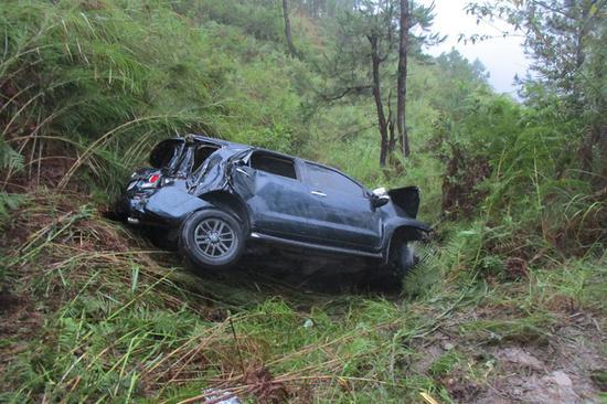 菲律宾一汽车坠入400米深谷致1死5伤,伤者均为中国公民。(图源:ABS-CBN新闻网)