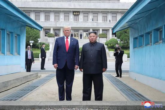 ▲6月30日,朝鲜最高领导人金正恩(前右)与美国总统特朗普在军事分界线朝方一侧合影。