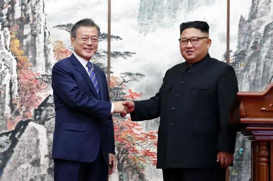 ▲资料图片:2018年9月19日,在朝鲜平壤,朝鲜国务委员会委员长金正恩(右)与韩国总统文在寅在举行共同记者会后握手。
