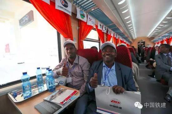 乘坐亚吉铁路首发列车的非洲兄弟为中国点赞