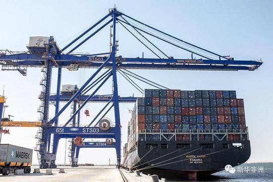 沃尔维斯湾新建集装箱码头货船装卸集装箱