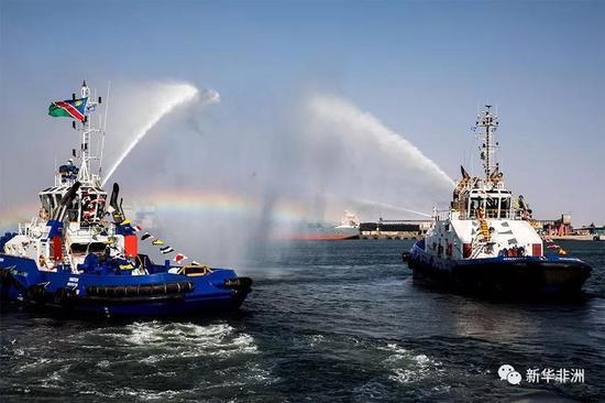 在纳米比亚沃尔维斯湾新建集装箱码头竣工仪式上,消防船喷水庆祝