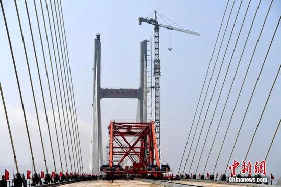 图为2019年6月5日,平潭海峡公铁两用大桥元洪航道桥主桥合龙。图片来源:中新网
