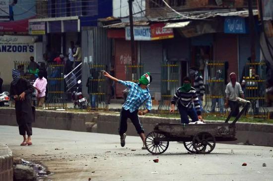 印控克什米尔地区近日发生冲突,印度安全部队逮捕了500多人(来源:美联社)