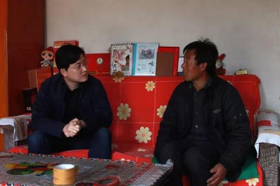 刘凯(左)在群众家调研