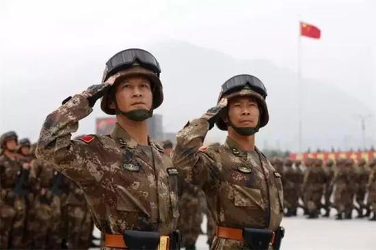 """""""夜袭阳明堡战斗模范连""""英模部队方队林向阳、洪江强两位将军领队"""