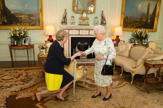2016年7月13日,特雷莎·梅在白金汉宫觐见英女王伊丽莎白二世。当天,卡梅伦向女王递交辞呈,特雷莎·梅正式接任英国首相。新华社/美联