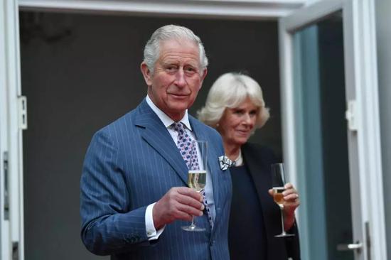 5月7日,英国王储查尔斯和夫人卡米拉在德国柏林出席活动。新华社/路透