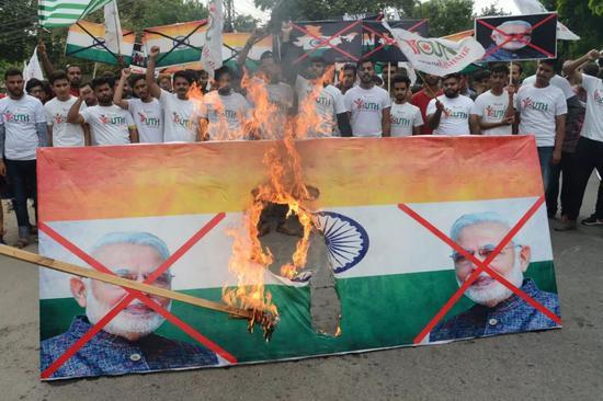 克什米尔地区交火3名巴士兵身亡 巴基斯坦示威者怒烧印度国旗