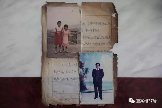 ▲1996年慈利县公安局开的关于父亲被杀的案情说明、两姐妹小时候的合影和父亲的照片。新京报记者 彭子洋 摄