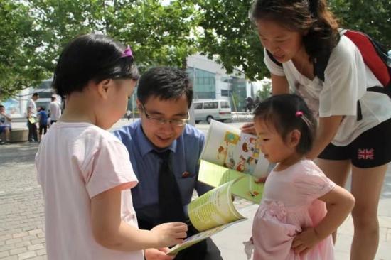(图:金朝在北京动物园开展预防损坏儿童法治宣传。)