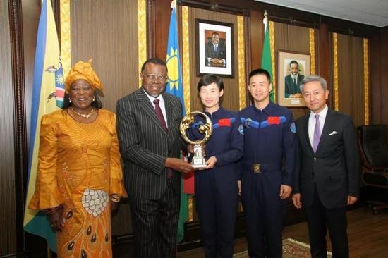 8月22日,纳米比亚总统根哥布(左二)在温得和克会见中国航天员刘洋(右三)、陈冬(右二)。新华社记者吴长伟摄