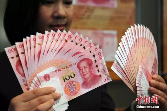 资料图:香港中国银行展示2015年新版第五套100元人民币钞票,中银预料13日新版人民币将在各大银行供应市面。中新社记者 洪少葵 摄