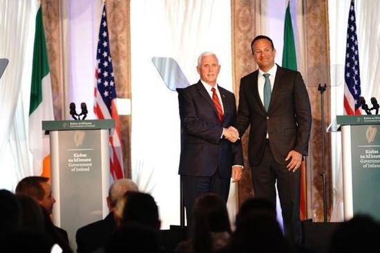 彭斯与爱尔兰总理召开记者会