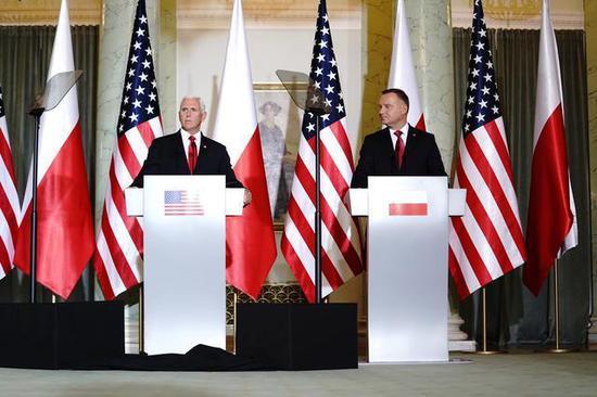 彭斯与波兰总统召开记者会