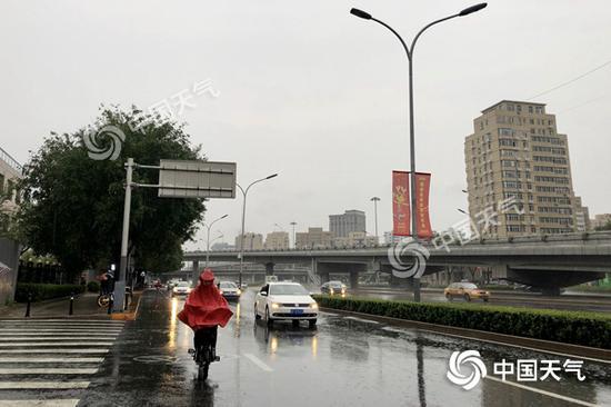 今天早晨,北京雨水不息。(图/王晓)