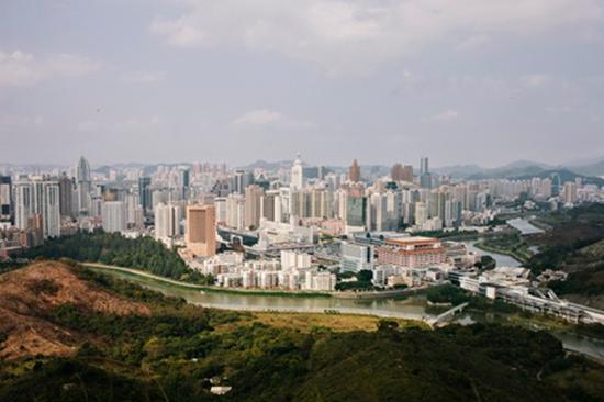 英国《卫报》曾刊登不同年代从香港视角拍摄的深圳照片,上图为1964年的深圳,下图为2015年的深圳。