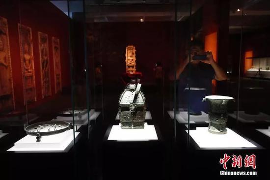 9月17日,观众参观山西闻喜西周春秋青铜器。中新社记者 杜洋 摄