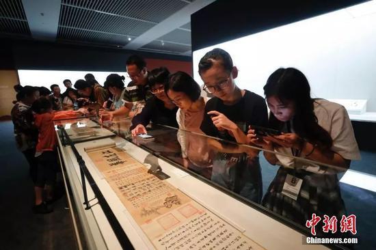 9月17日,观众参观《伯远帖》。中新社记者 杜洋 摄