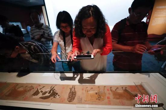 9月17日,观众参观《五牛图》(韩滉《五牛图》卷,唐代,故宫博物院藏)。中新社记者 杜洋 摄