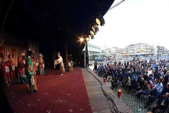 农家子弟上大学,村民集资唱大戏,图片来源@VCG