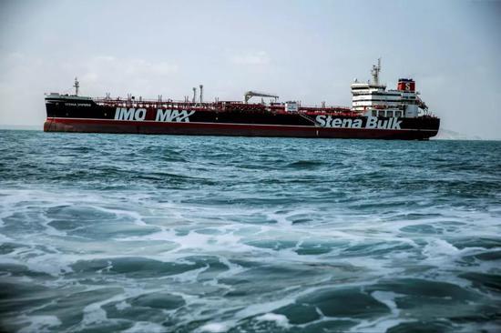 """这是8月22日在伊朗阿巴斯港拍摄的被扣英国油轮""""史丹纳帝国""""号。新华社/路透"""