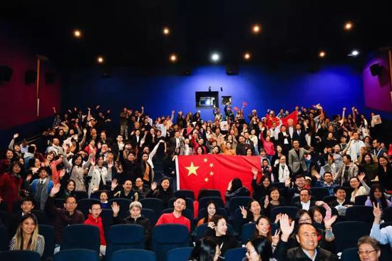 图为在电影院观看《我和我的祖国》的观众。欧洲时报供图