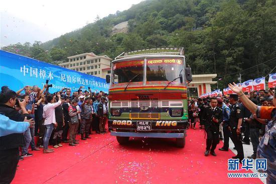 2019年5月29日,一辆尼泊尔货车满载货物驶过连接中国和尼泊尔的友谊桥。 新华社记者周盛平摄