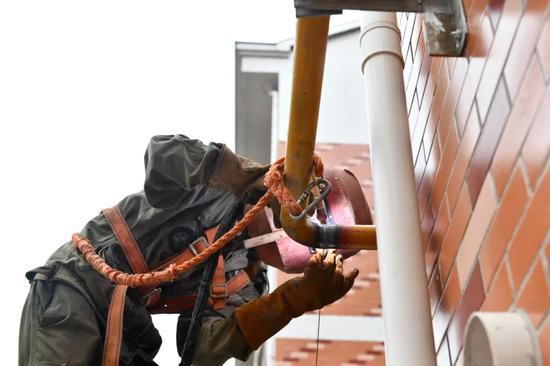 浙江东阳,施工人员在安装天然气管道。 中新社发包康轩 摄