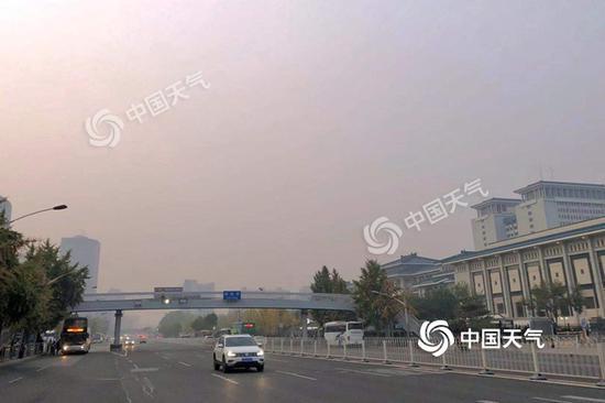 今早北京天空阴沉云量较多。(图/王晓)