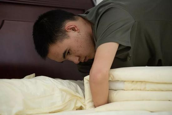 2019年10月24日,重庆西南医院康复楼,清晨,杜富国洗漱完毕后,依旧按照军人标准整理内务。新京报记者 李凯祥 摄