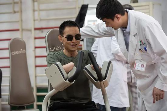 2019年10月24日,杜富国在技师的指导下接受体能康复训练。新京报记者 李凯祥 摄