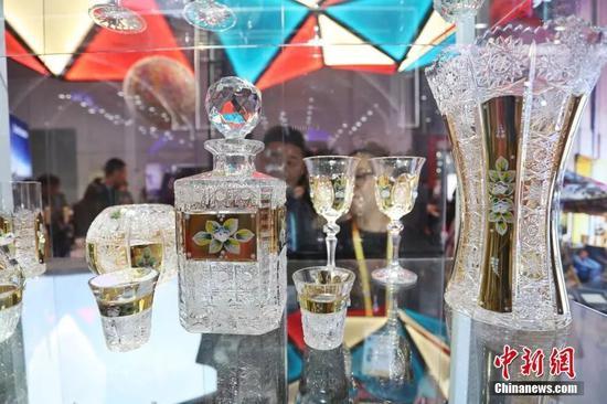 捷克传统雕刻玻璃艺术制品。中新社记者 张亨伟 摄