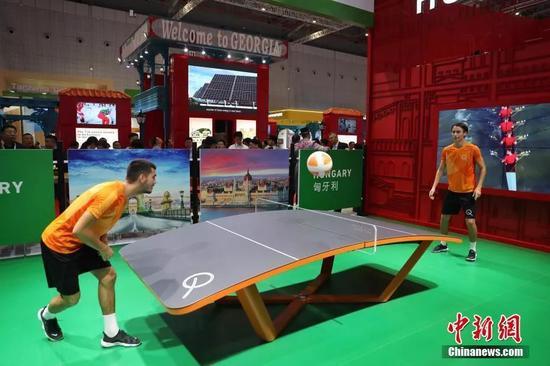匈牙利馆上演足球乒乓争霸赛。中新社记者 张亨伟 摄