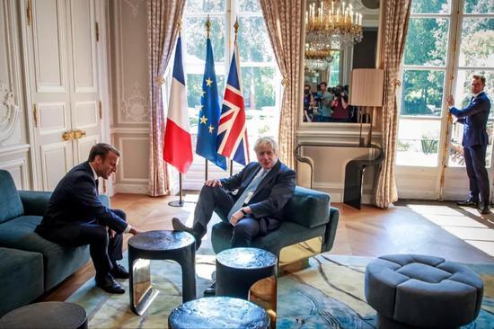 8月22日,在法国巴黎,法国总统马克龙(左)和英国首相约翰逊会谈。新华社/路透