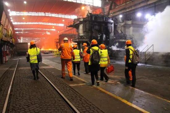 ▲资料图片:2018年12月4日,在塞尔维亚斯梅代雷沃,河钢塞尔维亚有限公司中方管理人员在钢铁厂内查看。(新华社)