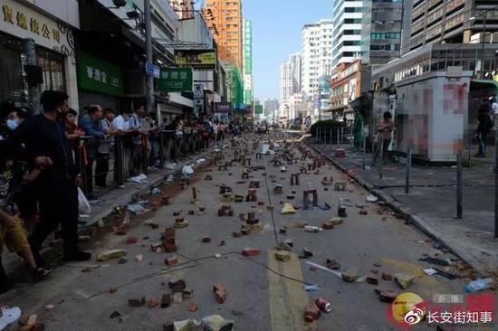 13日上午,一片狼藉的元朗街头 图源:文汇报