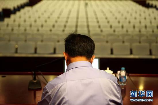 (图为乌国庆提前一小时抵达公安大学做准备 摄于2011.6.9)