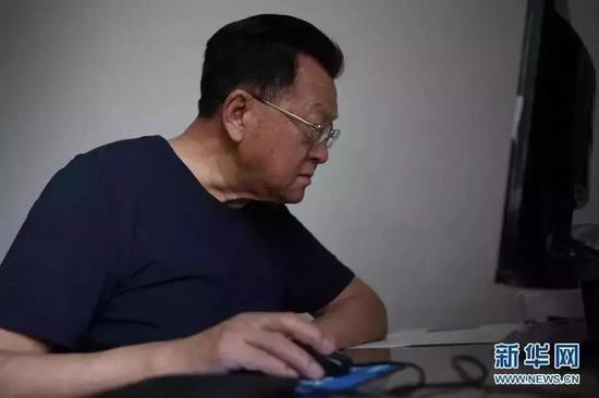 (图为乌国庆在家中备课,为在公安大学举行的培训讲座做准备。金立旺|2011.6.5)