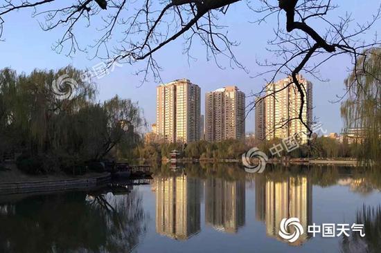 今晨,北京天气晴冷。(图/王晓)